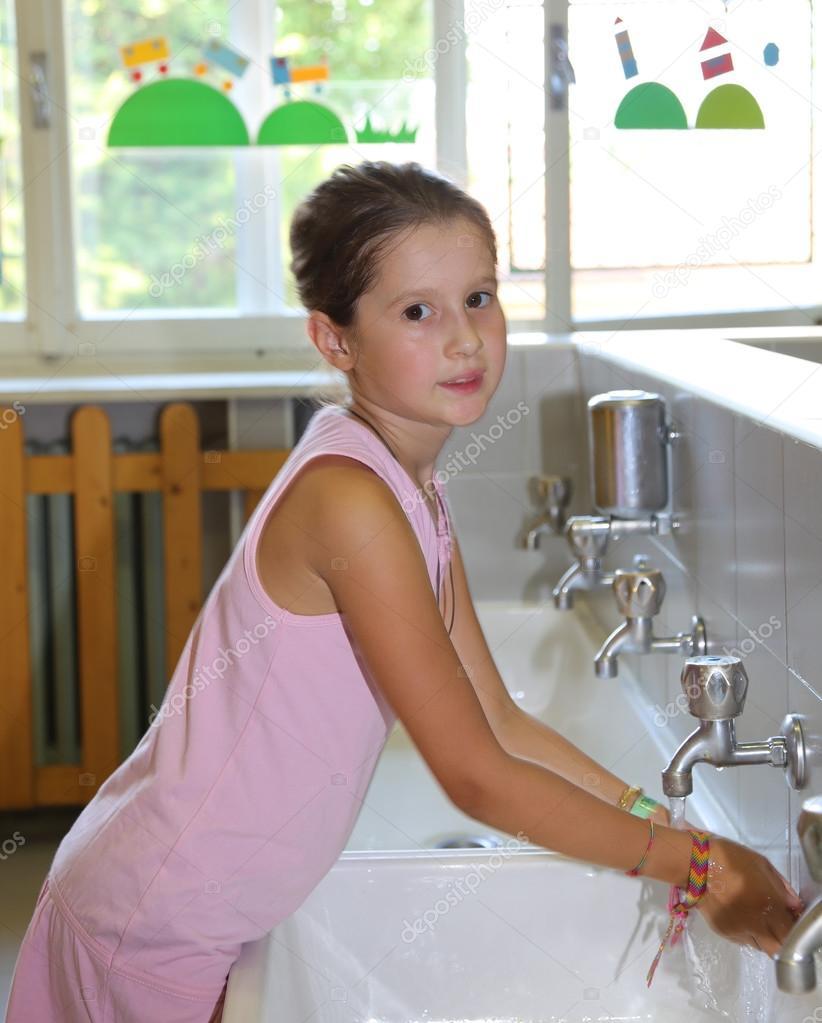 kleines Mädchen waschen Hände in der Keramik Waschbecken im ...