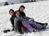 tři šťastné děti na sněhu během letních prázdnin