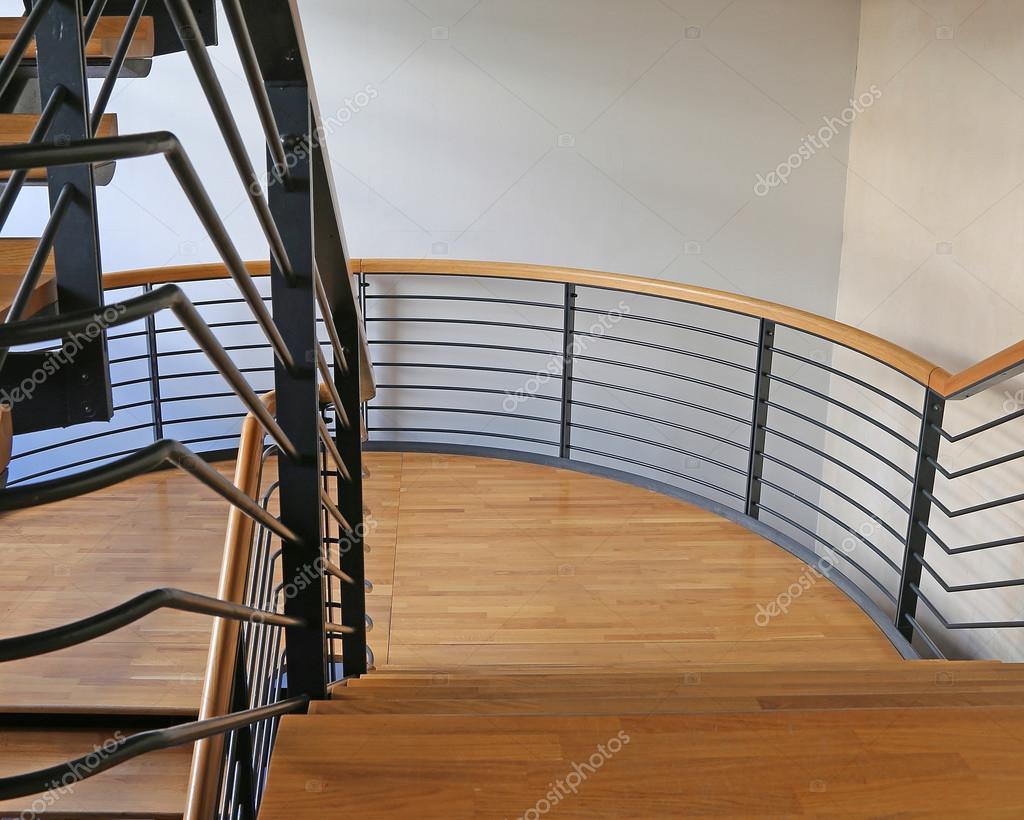 Escalier moderne en acier et en bois dans un immeuble ...
