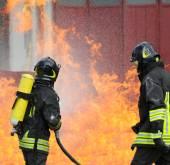 Fotografie Hasiči s kyslíkové láhve z ohně během školení