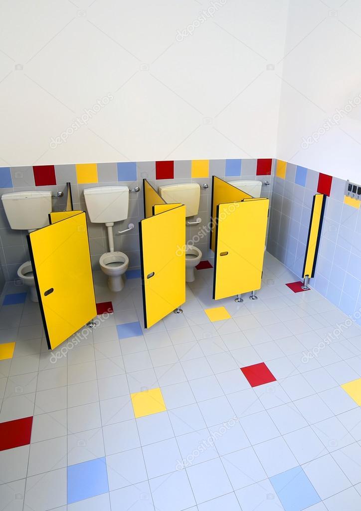 Ba os infantiles con puertas de cabinas foto de stock for Banos infantiles fotos