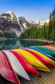 Krajina pohled na jezero moraine s barevnými čluny, rocky mounta