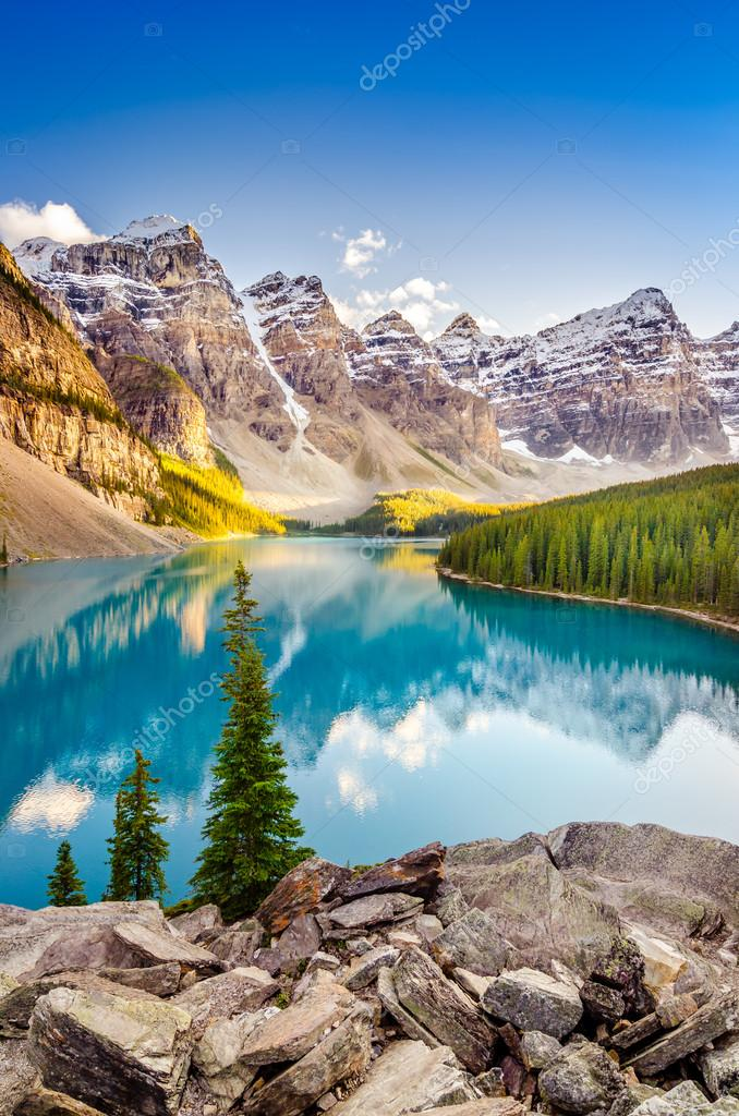 Фотообои Landscape view of Moraine lake in Canadian Rocky Mountains