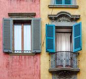 Fotografia Casa italiana con pareti colorate, finestre e balcone