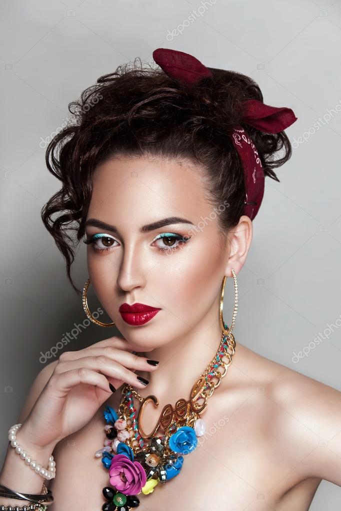 Dunkle Schonheit Frau Portrat Rockabilly Frisur Stockfoto