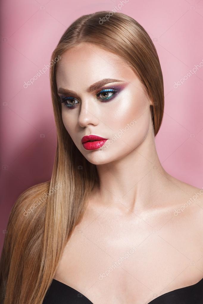 Hermosa Mujer Rubia Con Cabello Largo Sano Lacio Y Brillante