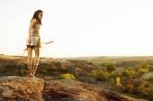 Fotografie Primitive Frau hält einen Bogen. Amazon-Frau