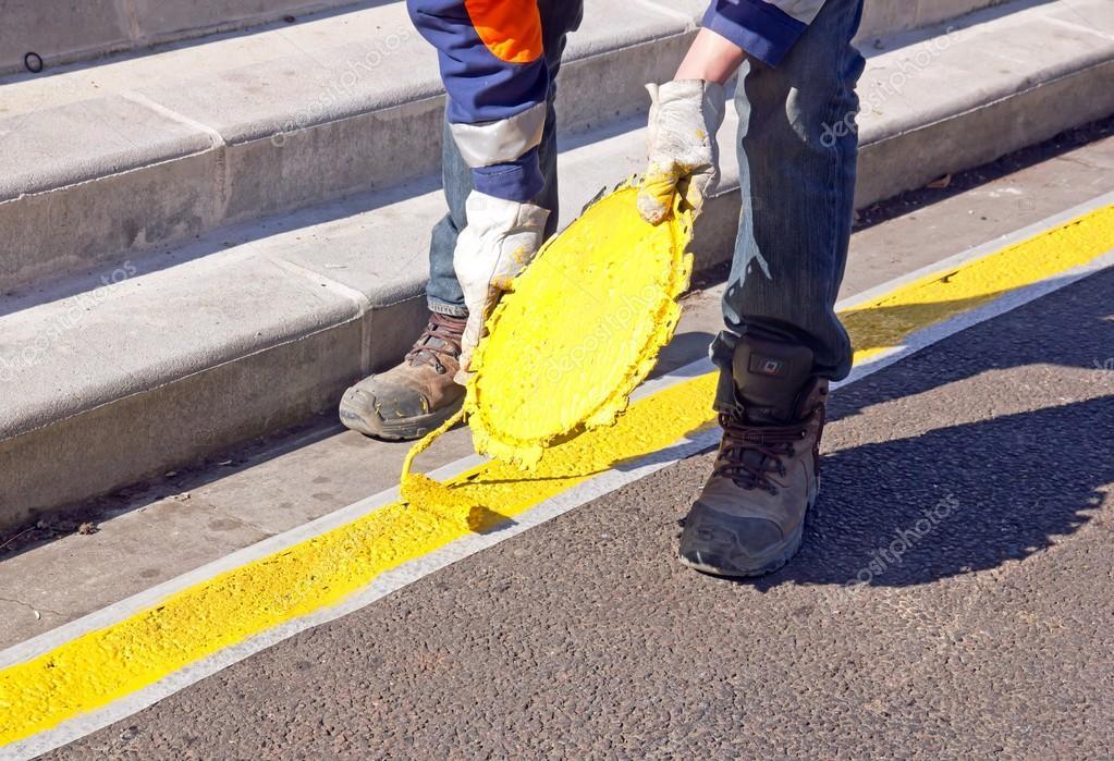 Pintura de una franja amarilla de estacionamiento en el - Pintura para parking ...