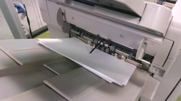 digitální tiskárna při tisku dokumentů