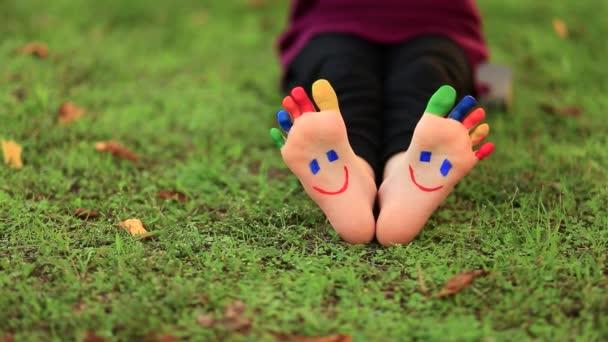 A gyerek jól érzi magát a Spring Parkban a szabadban. Mosolygós lábak.
