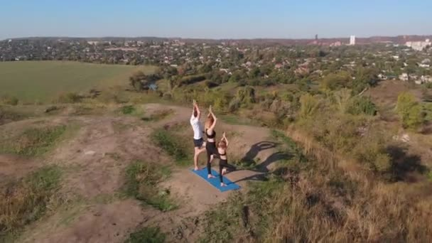 Na oběžné dráze rodiny tří dětí, matka otce a dcery, cvičí jógu na vrcholu kopce za slunečného rána. Mladá rodina školení daleko od shonu města, jít dobrým příkladem a vštípit