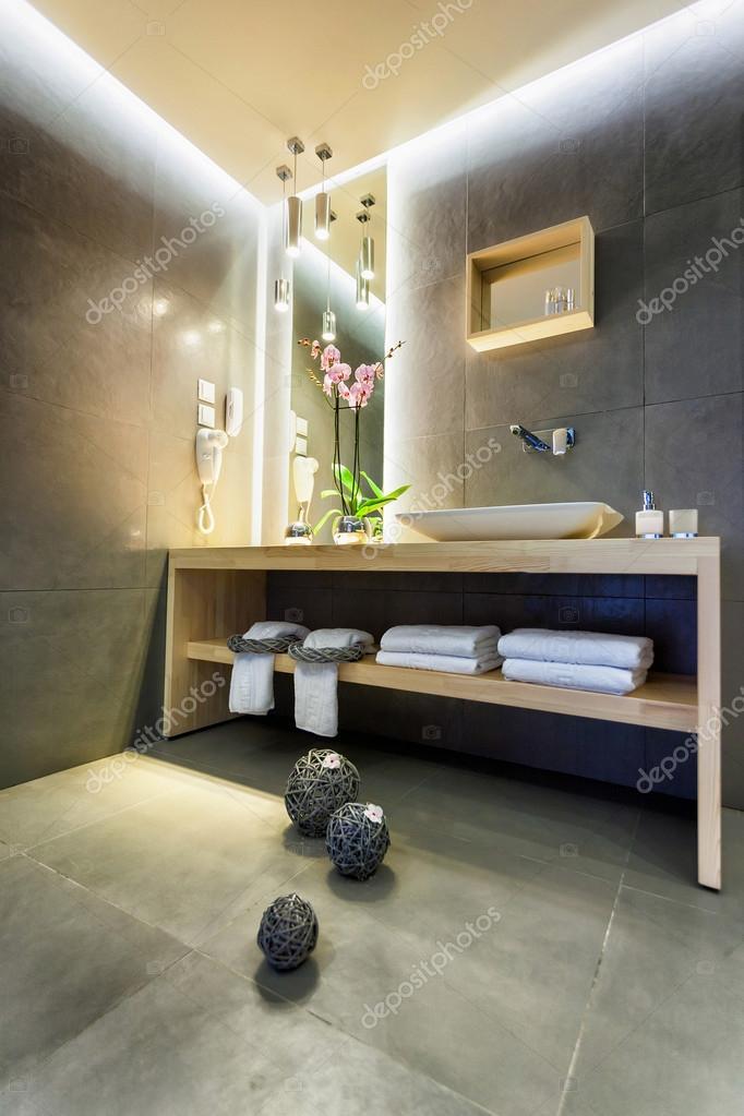 Moderne Luxus-Badezimmer mit stilvollen Dekoration ...