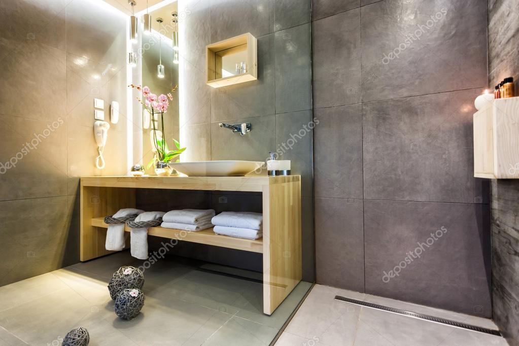 Moderne luxe badkamer met stijlvolle decoratie u stockfoto smoxx