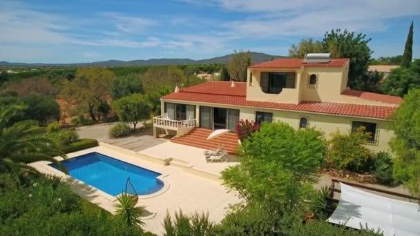 Luftbild einer privaten Luxusvilla, einem entzückenden Pool und einer schönen grünen Vegetation.