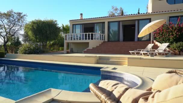 Tolle Aussicht auf den Pool mit Liegestühlen für Touristen und klarem Wasser. Luxusvilla für Touristen.