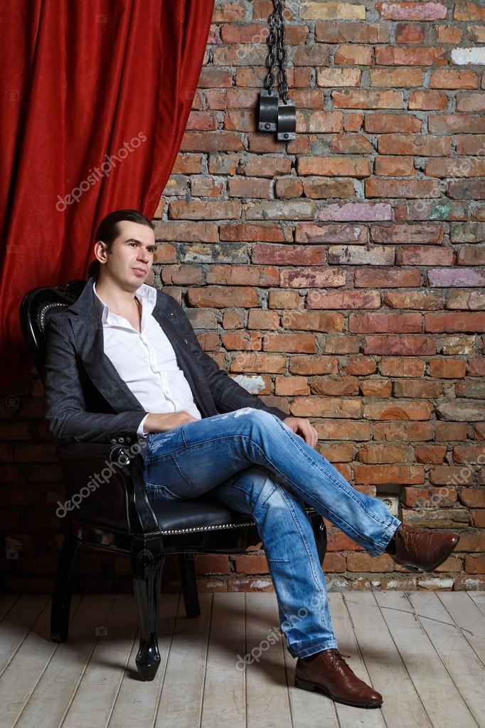 Сидит в кресле фото фото 310-995