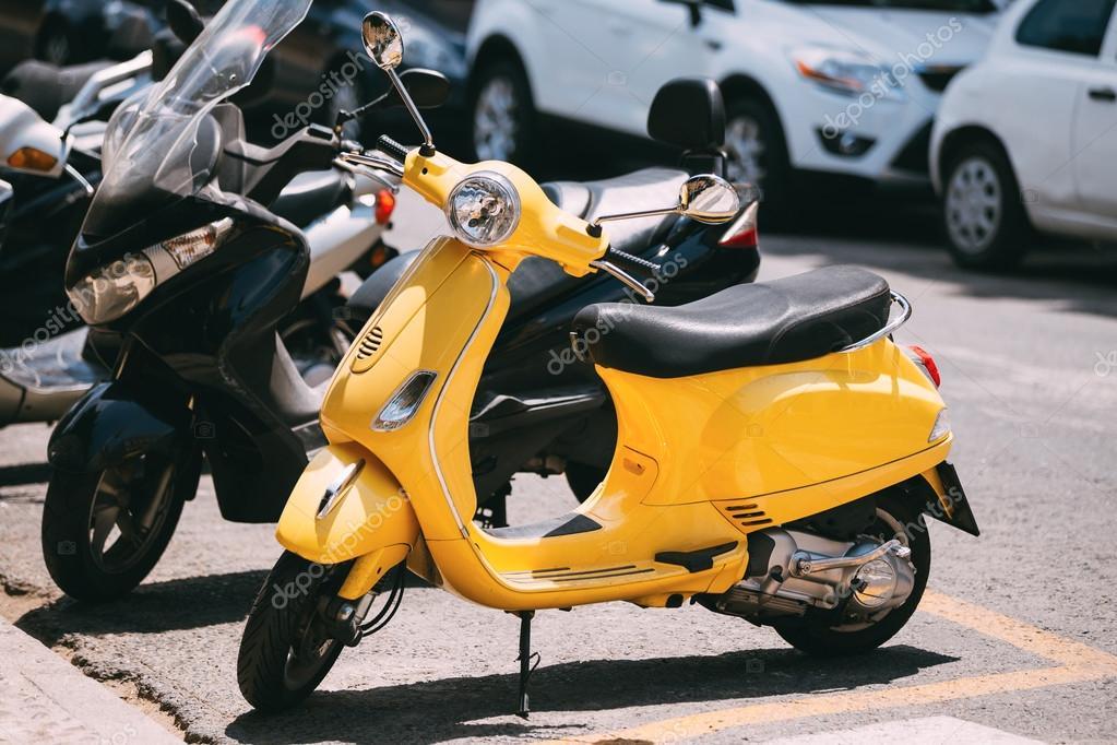 moto jaune stationn dans la ville de moto scooter photographie ryhor 103694408. Black Bedroom Furniture Sets. Home Design Ideas