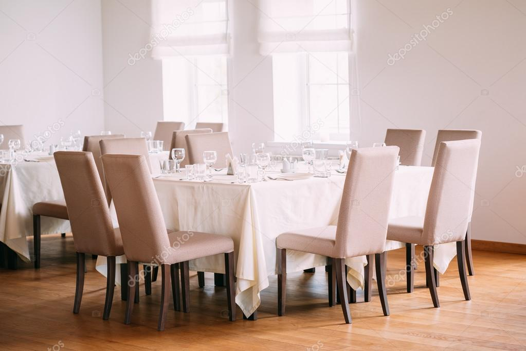 Gemutliche Einrichtung Der Sommer Cafe Geschutzten Tabellen