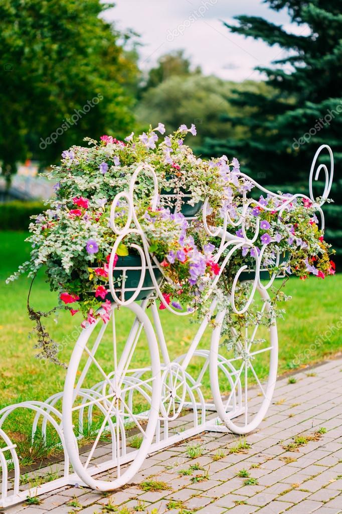 vélo décoratif blanc, parking dans jardin — Photographie Ryhor ...