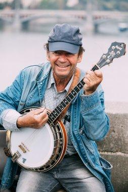 Street Busker performing jazz songs at the Charles Bridge in Pra