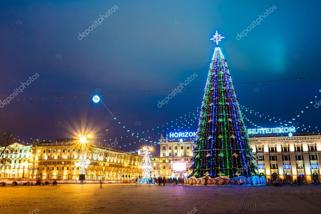 Rbol de navidad iluminaciones y adornos en la ciudad de for Adornos navidenos 2017 trackid sp 006