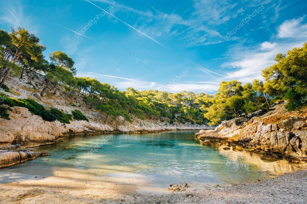 Schöne Natur des Calanques an der azurblauen Küste Frankreichs ...