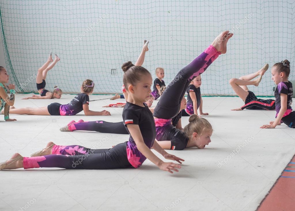 La competencia de gimnasia de arte. Un grupo de pequeñas ...