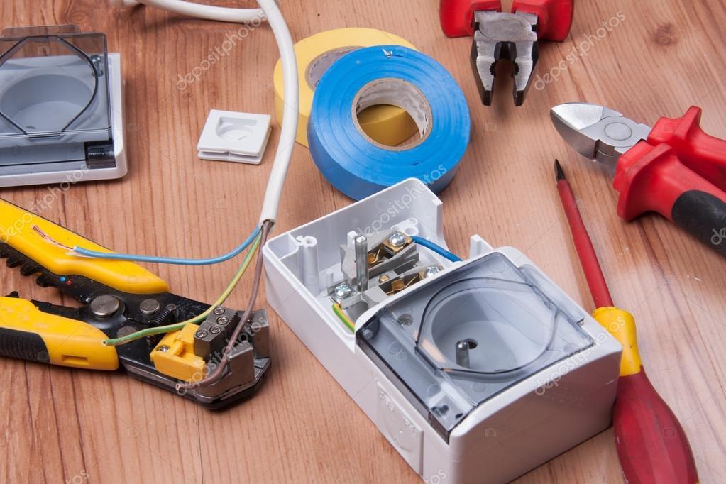 Elektrische Apparate und Zubehör während der Installation von Kabel ...