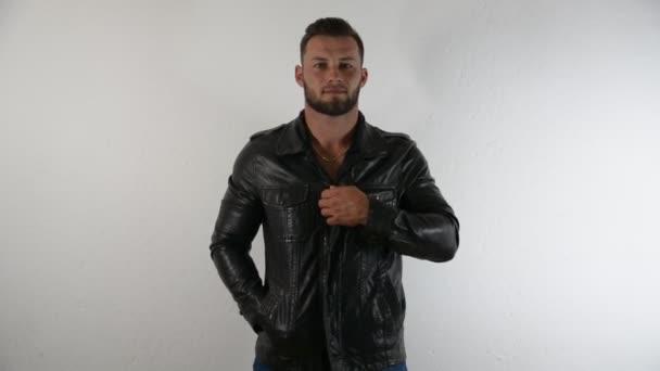 Muscolare uomo spogliarsi, togliersi giacca