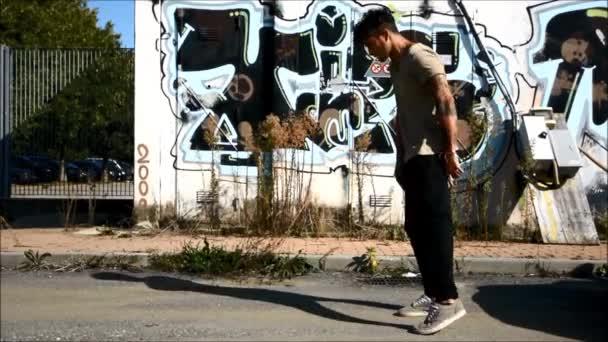 trendi hűvös fiatalember csinál break tánc a street