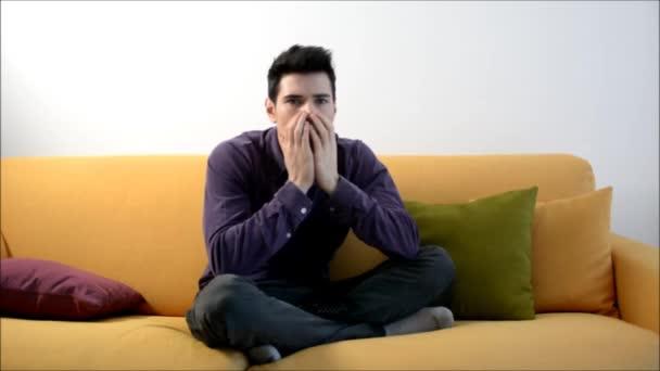 Mann Auf Couch Vor Dem Fernseher Angst Stockvideo C Artofphoto