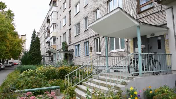 Zblízka záběr Sovětského svazu obytné budovy. Bytová budova exteriér s šedou oblohou pozadí. fasáda cihlového domu. Budova je vybavena venkovní zelenou stěnou a malými balkony