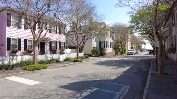 Luxusní dům s pěknou krajinou. Americká čtvrť na předměstí. Bytový rodinný dům, bujná zeleň. Podzimní barvy, Podzimní sezóna, stromy se žlutou červení. Auto na asfaltové cestě 4k