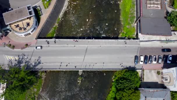 Cieszyn, Polsko - 5. června 2021: Pohled shora na most přátelství přes řeku Olzu mezi polským Cieszynem a Českým Tesinem. hraniční most mezi Polskem a Českou republikou.