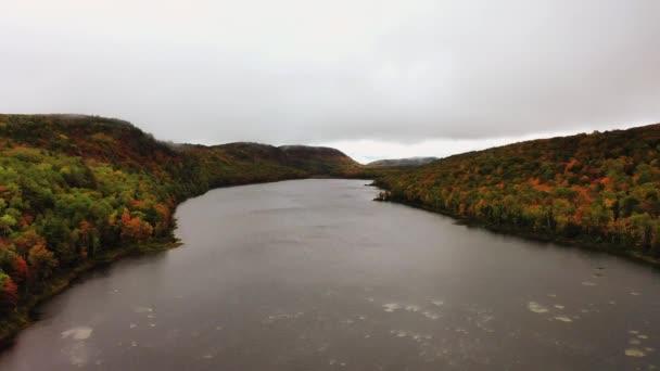 Krásné pánve zpět vytáhnout cestování antény Lake of the Clouds a pěší most přes řeku Kapra na zatažené ráno s barevnými podzimní listí pokrývající kopce a údolí.