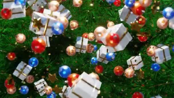 Vánoční pozadí. Nový rok2021. Rekreační pozadí. Barevné vánoční koule, dárky a zlaté hvězdy se pohybují v prostoru na zelených větvích vánočního stromku. Animace smyčky ve 4K.