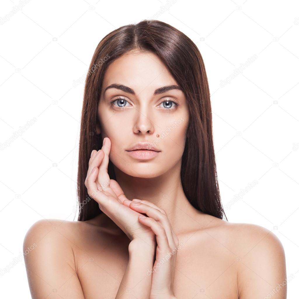 dfd181be48296 Retrato de modelo feminino com as mãos perto do rosto — Fotografia de Stock