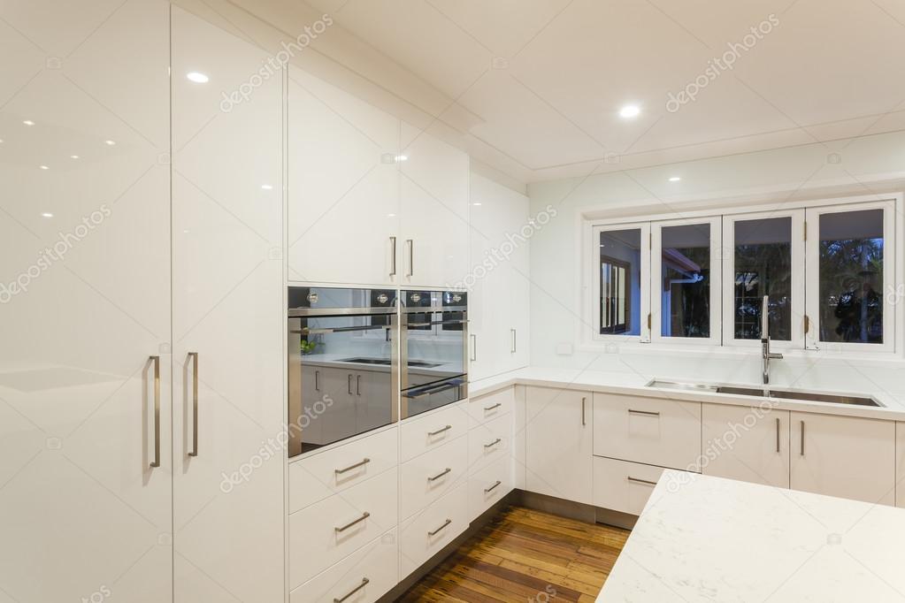 Ultra Moderne Keukens : Ultra moderne keuken u2014 stockfoto © zstockphotos #59403397