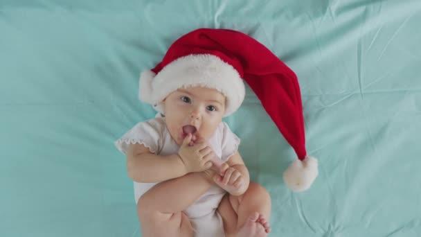 Porträt eines entzückenden kleinen Mädchens mit Weihnachtsmütze. Konzept für Weihnachtsfeier.