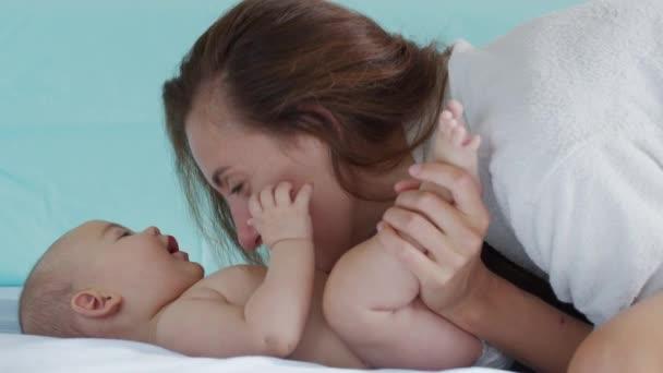 Nahaufnahme einer jungen Mutter, die morgens mit ihrem Neugeborenen in einem Kinderzimmer spielt. Konzept von Kindern, Baby, Elternschaft, Kindheit, Leben, Mutterschaft, Mutterschaft.