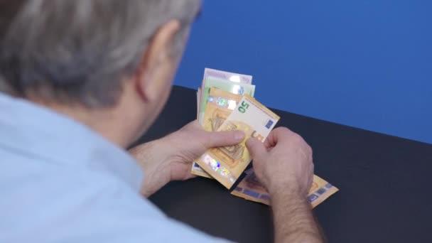 Počítám eurobankovky. Velké obchodní zisky, úspěch ve finanční kariéře. Papírová měna pro bankovní směnárenské transakce, kalkulace hotovosti, peníze.