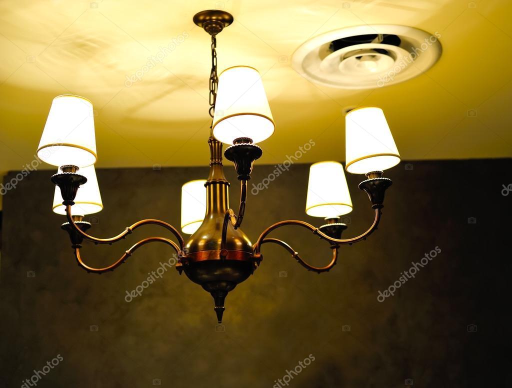 Una lampada di illuminazione con lampadine u foto stock