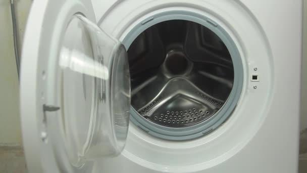 a mosógép-dob háziasszony általi feltöltésének fázisa