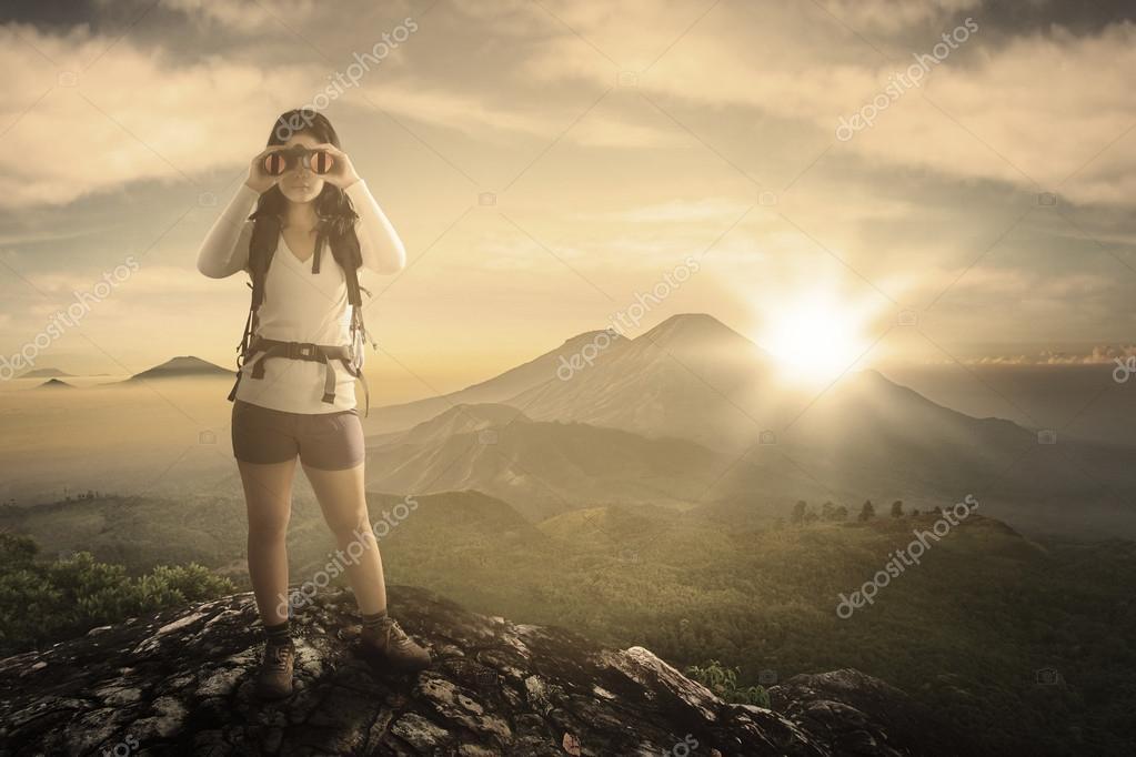 Weibliche wanderer mit fernglas am berg u stockfoto realinemedia