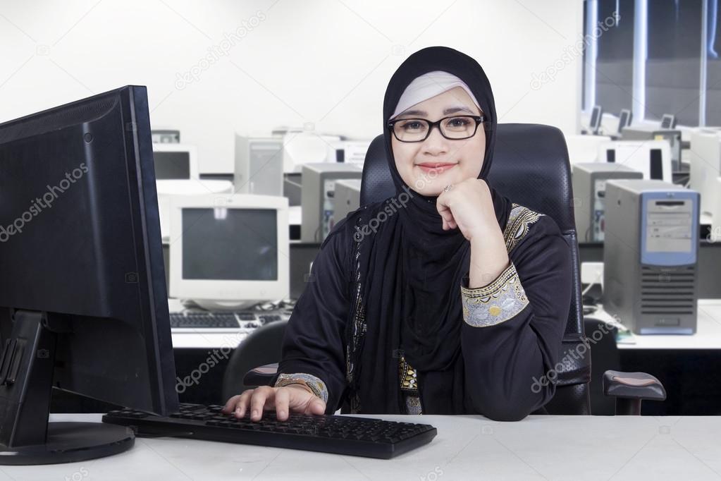 Jeune travailleur arabe souriant au bureau u photographie