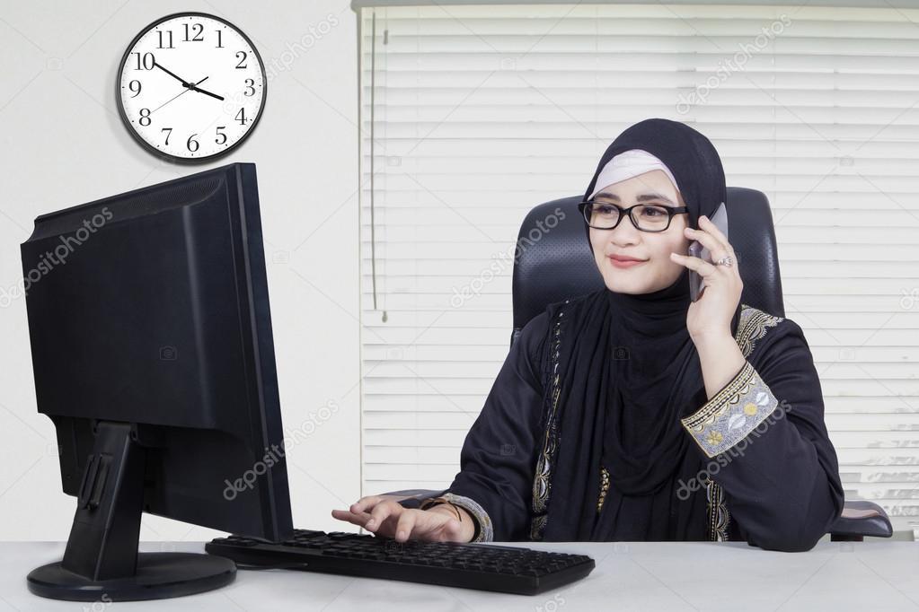 Jolie arabe ouvrier travaillant au bureau u photographie