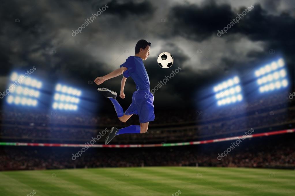 Jugador De Futbol Jugando Una Bola En La Noche Foto De Stock