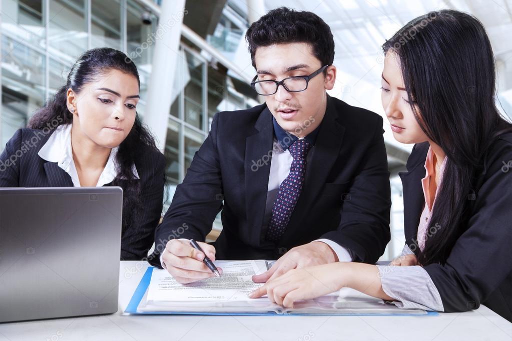 Business Partner Business Vertrag lesen — Stockfoto © realinemedia ...