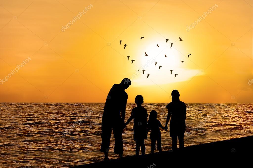 Silueta De Familia Feliz En La Playa 1