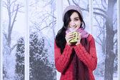 Fotografie junge Dame im Pullover genießt warmes Getränk